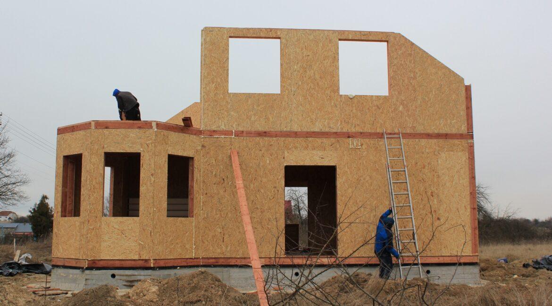 Двухэтажный дом из сип панелей -ставим стены фото-007