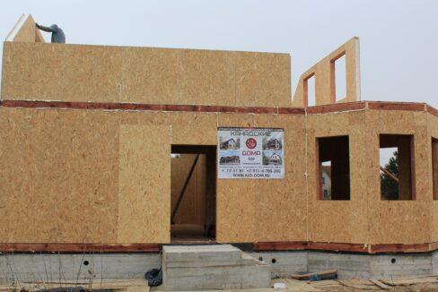 Двухэтажный дом из сип панелей -ставим стены фото-009