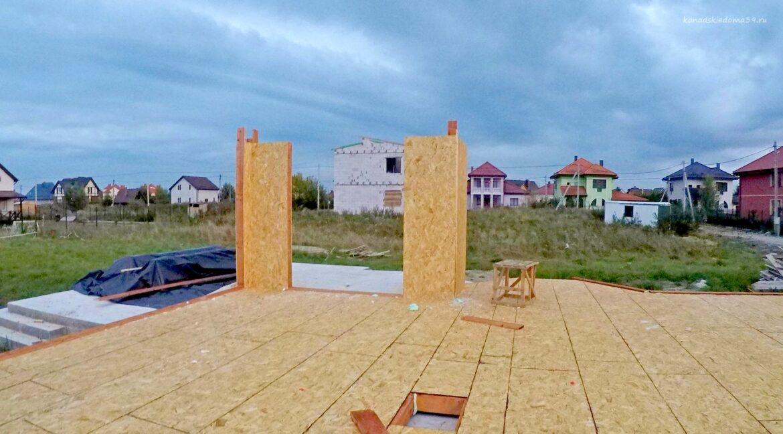 Этапы строительства SIP дома Первые вертикальные элементы - фото 3