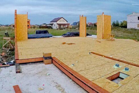 Этапы строительства SIP дома Первые вертикальные элементы - фото 4